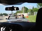 In de cabrio, jullie herkennen Benny vast wel achterin!